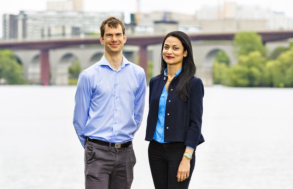 Henrik Tham, projektledare, och Zohal Amin, byggekonom sökte sig till ÅF direkt efter examen från KTH. Foto: Gonzalo Irigoyen