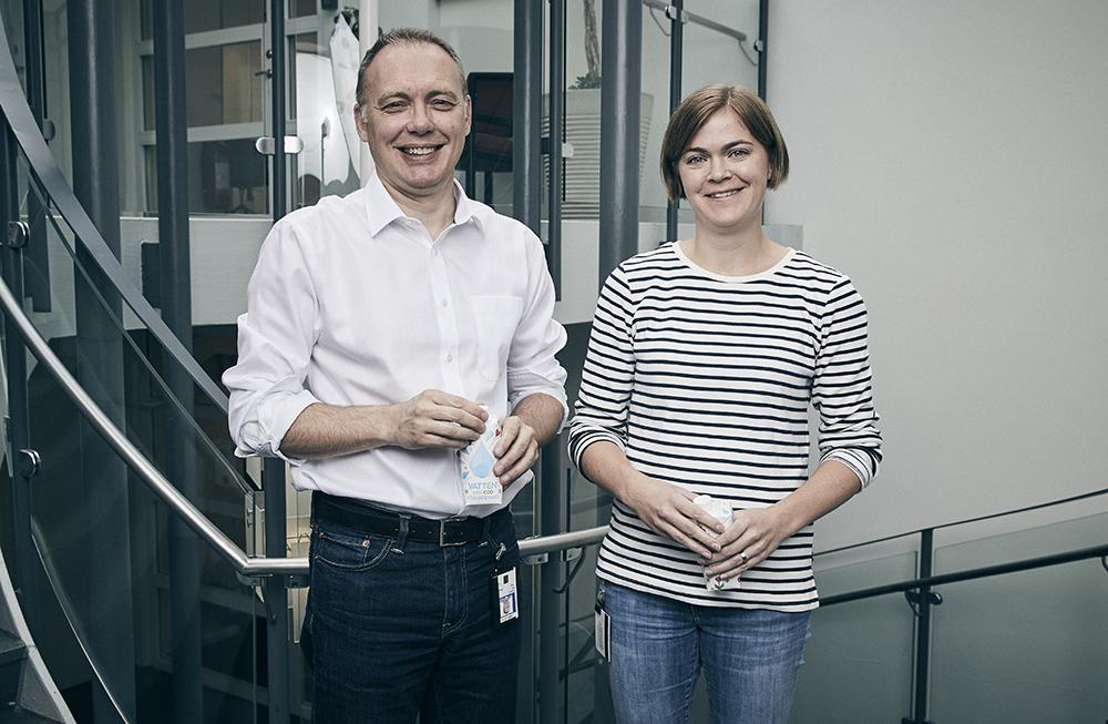 Laurence Mott, Vice President Packaging Technologies and Carton Bottle & Gable Top och Jenny Rosander, projektledare på Tetra Pak. Foto: Freddy Billqvist