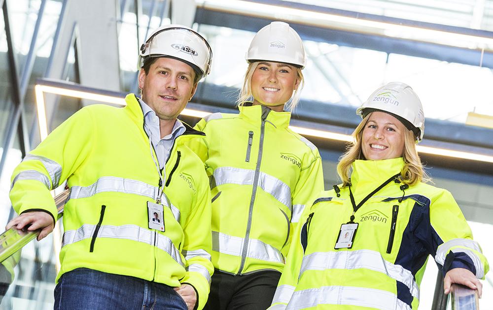 Mick Salonen Högberg, affärsenhetschef, Emma Palmqvist och Lovisa Gebert, projektingenjörer, är stolta över Zenguns företagskultur där människan sätts i centrum. Foto: Gonzalo Irigoyen