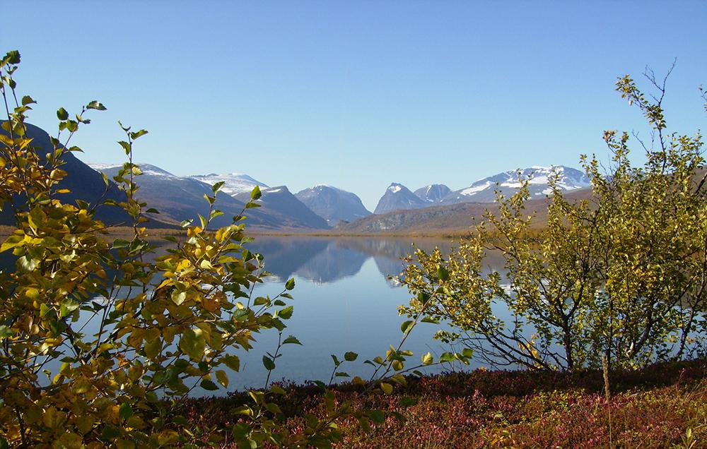 Närhet till naturen är en fördel med att arbeta på mindre ort. Utsikt över Láddjujávri. Foto: Thomas Lahtinen