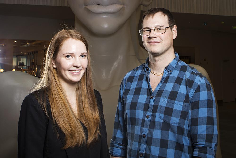 Stephanie Carlsson och Adrian Opsahl, utvecklare på enheten Hosting and Integration på SEB. Foto: Johan Marklund
