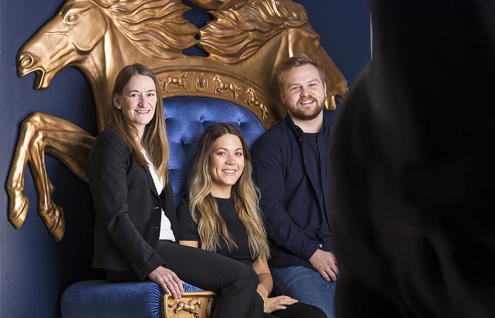 Anna Lindbom, Jacqueline Karlsson och Fabian Henningsson trivs alla på ATG. Foto: Johan Marklund